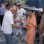 Greeting Smt. Pratibha Patil, the then Governor of Rajasthan, later Hon. President of India, 25th April 2005, at Manek Chowk